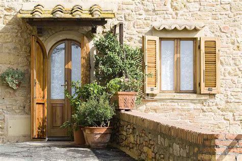 riverniciare persiane in legno verniciare finestre e persiane con impregnante e finitura