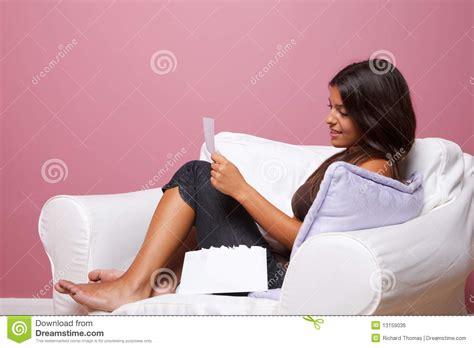 donne sedute si vedono le le donne si sono sedute in una poltrona leggono una