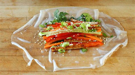 How To Make Vegetarian Rice Paper Rolls - fresh vegetable crunchy rolls with sriracha soy sauce