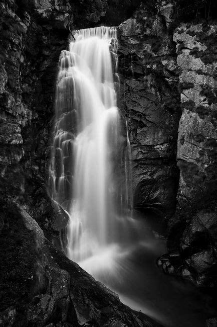 O poder das imagens: cachoeira em preto e branco