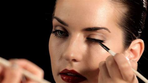 antara eyeliner dan eyeshadow mana yang dipulas pertama