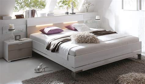 bett rückenlehne wanddeko romantisch schlafzimmer