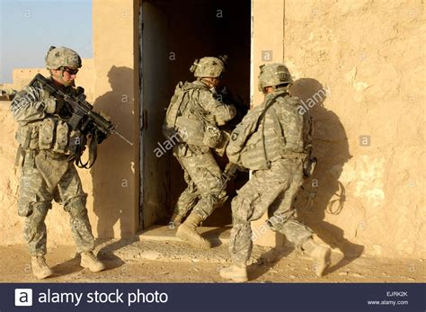 Search Army U S Soldiers Conduct A Cordon And Search With Iraqi Army Soldiers Stock Photo