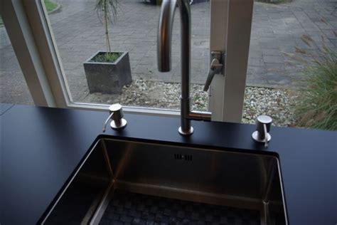 zeepdispenser keuken zeeppomp met sensor keukenarchitectuur