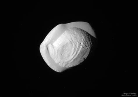 saturn vue pan la lune pan vue par cassini l image d astronomie du jour
