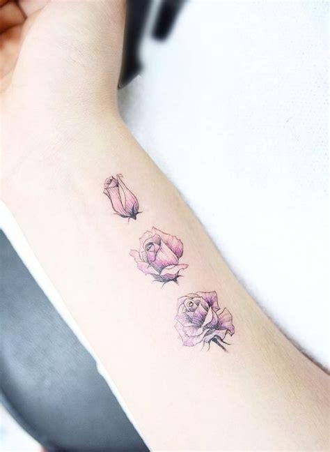 tattoo arm klein tattoo arm frau kleine rosa rosen am unterarm