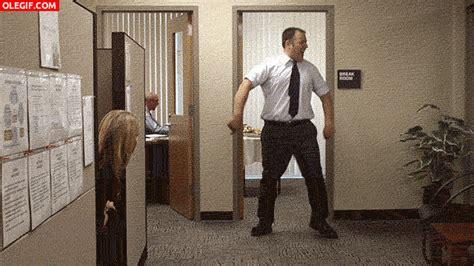 Imagenes Gif Oficina | gif 191 le habr 225 n subido el sueldo y por eso baila en la