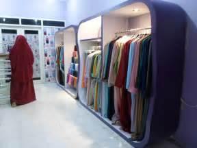 desain etalase distro etalase display pakaian wanita muslim hijab kerudung gamis
