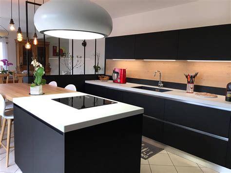 cuisine blanche avec ilot central cuisine blanche et bois avec ilot
