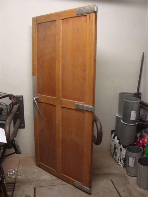 pr駭om bois porte chambre porte en bois chambre froide 1950 frigo vintage les
