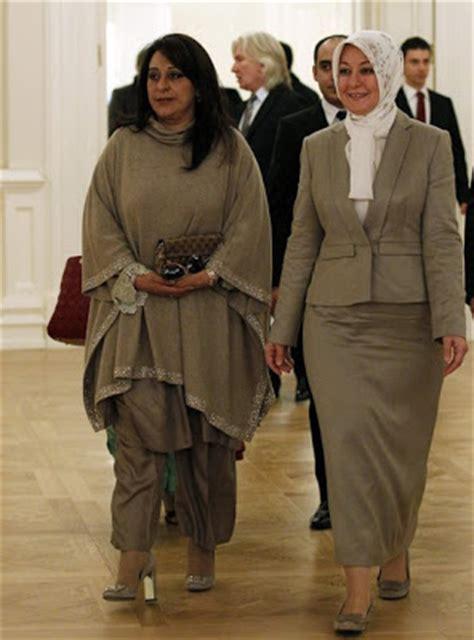 ibu negara  mengenakan hijab tutorial hijab