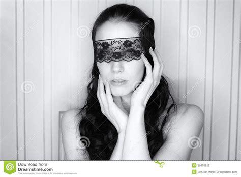 imagenes ojos vendados mujer atractiva con los ojos vendados imagen de archivo