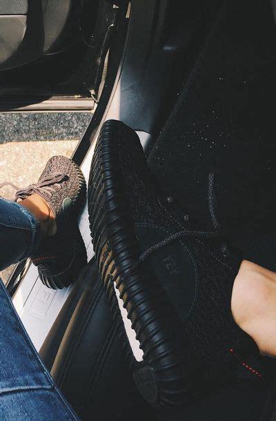 imagenes de zapatos adidas yeezy kendall jenner showing off her black adidas yeezy boost