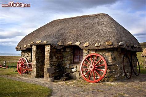 cottage in scozia un tipico quot thatched cottage quot sull foto