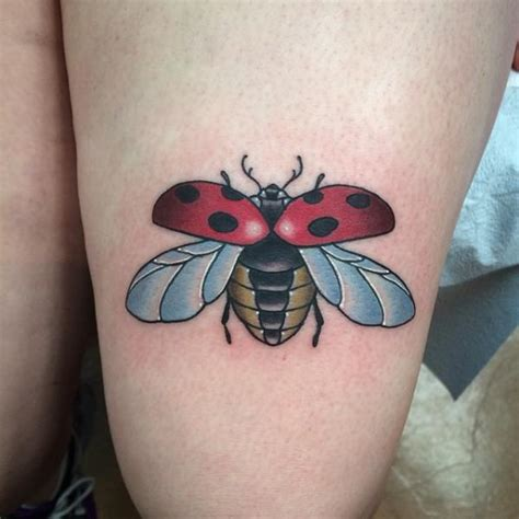 new school ladybug tattoo tatouage cuisse coccinelle par pat whiting