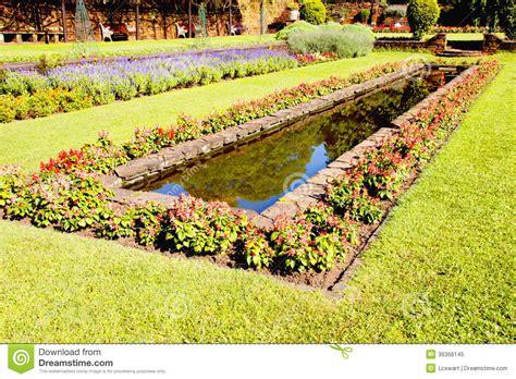 Mit Freundlichen Grã ã En Formal Landschaftlich Gestalteter Formaler Garten Mit Rechteckigem Fisch Teich Lizenzfreies Stockfoto