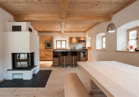 Modernes Bauernhaus Esszimmer by Moderne Bauernstube Mit Altholz Und Kaminofen Einrichten