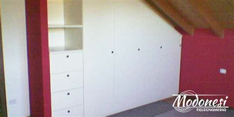armadi da mansarda armadio su misura in legno per una mansarda piccola