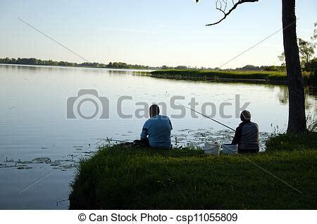 sedere a pesca archivi fotografici di donna sedere lago riva pesca