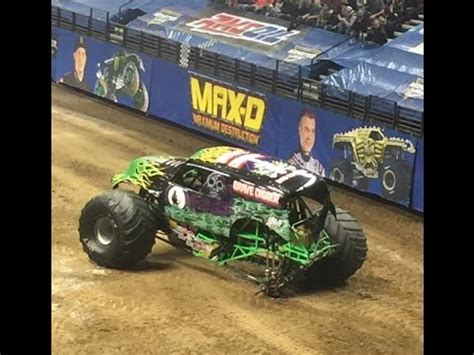 video monster truck accident monster jam 2016 monster truck grave digger freestyle