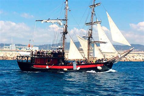 barco pirata barcelona paseo en barco por las playas de barcelona civitatis