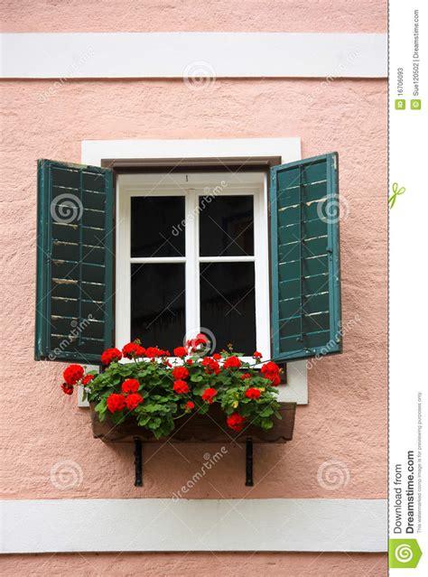 Fenster Und Haustüren by Fenster Und Blumenkasten Stockbild Bild Geb 228 Ude