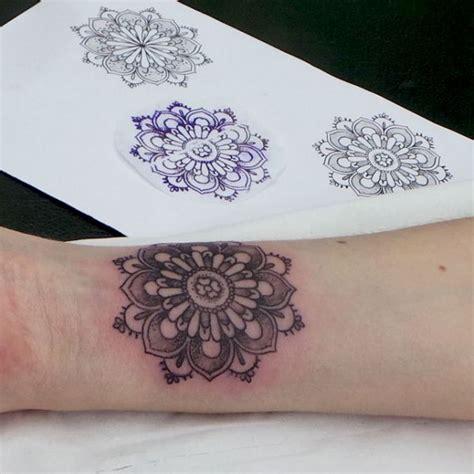 tattoo mandala petit mini tatouage poignet awesome petit tattoo discret fleur