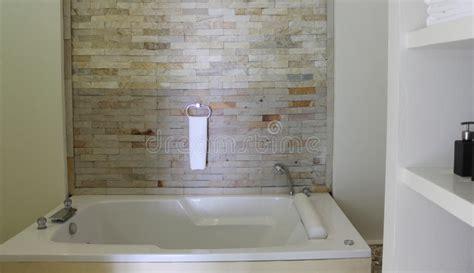 entwerfen sie ihr badezimmer entwerfen sie ein badezimmer mit verblendern stockfoto