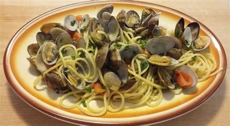 cucinare spaghetti alle vongole spaghetti alle vongole veraci e pomodorini semplicemente