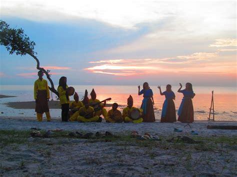 Pelangi Di Negeri Matahari senandung laskar pelangi di pantai tanjung pendam eko
