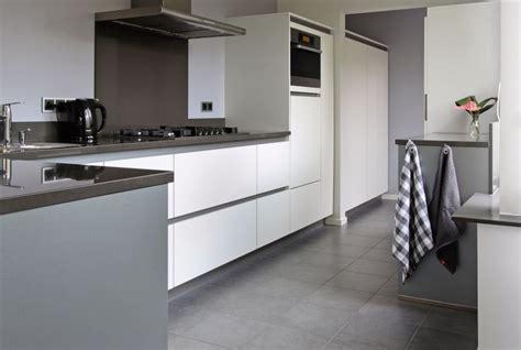 brugman keukens tiel greeploos keuken wit met grijze greeplijst miele