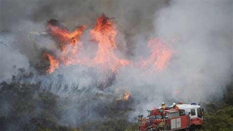 winds reignite blaze bushfire  orange triples  size