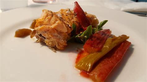 cucinare il filetto di salmone ricetta filetto di salmone in padella con il rabarbaro