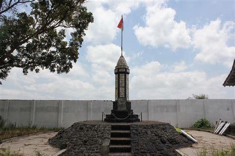 Monumen Oleh Indra Tranggono cakrawala ideologi sang pangeran halilintar kisah pemberontakan peta pembela tanah air di