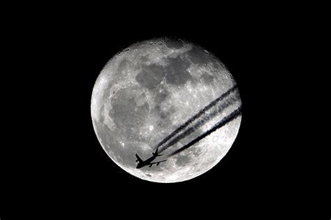 Imagenes En Blanco Y Negro De La Luna   estela en blanco y negro con la luna de fondo el mundo