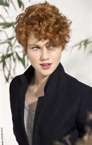 coiffure cheveux boucles courts femme les tendances mode