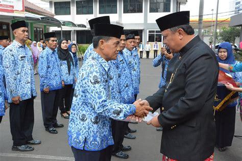 Hukum Adat Bambang Daru Nugroho baju adat warnai peringatan hut ri ke 72 di kanwil dki kanwil kementerian hukum dan hak asasi