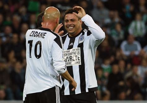 ronaldo lima juventus em jogo beneficente ronaldo marca tr 234 s gols e brilha ao lado de zidane