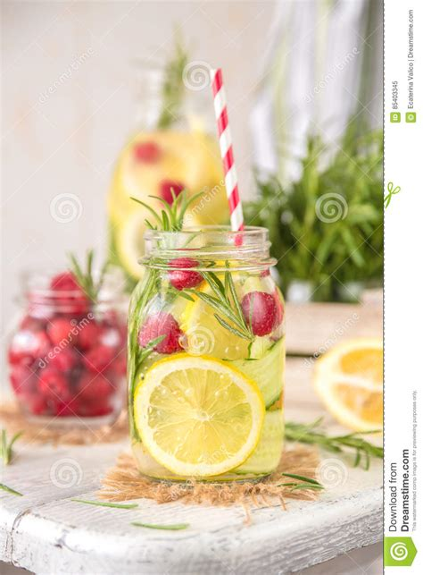 You Met In Detox Pic by Fruit Gegoten Detox Water Met Citroen Komkommer Framboos