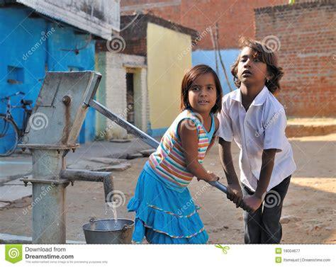 kinder wanne kinder die wasser in die wanne pumpen indien