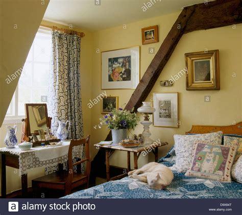 hund im schlafzimmer hund schl 228 ft auf bett mit kissen und blaue abdeckung im