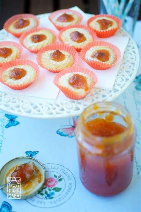 pasta di mandorle fatta in casa dolcetti di marzapane con confettura di albicocche