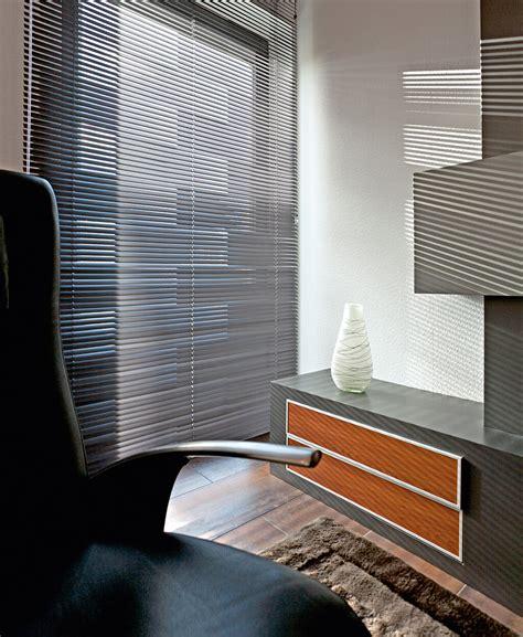 moderne jalousien sichtschutz im wohnzimmer moderne plissees gardinen und