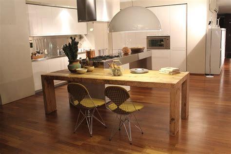 lada da appoggio cucine moderne con isola centrale casina