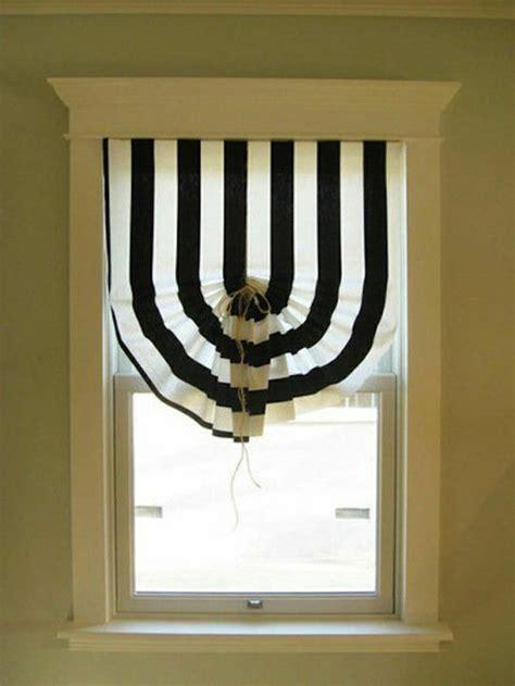 vorhang schwarz weiß gestreift gardinen f 252 r kleine fenster weil sie so n 252 tzlich sind