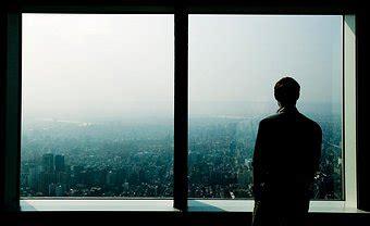 la ciudad con ventanas el hombre en la ventana el candil de los pensamientos