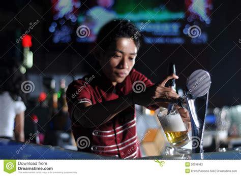 bartender photography bartender poring beer stock photography image 20788982