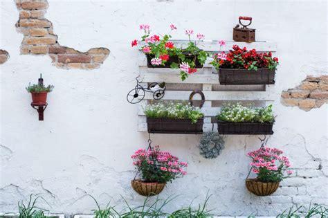 decorar el jardin con cosas recicladas decorar el jard 237 n con cosas recicladas