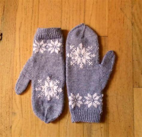 snowflake pattern mittens frozen snowflake mittens allfreeknitting com