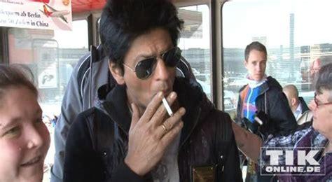 Shah Rukh Khan Chain-smoking cuddles with fans! / Shah ...